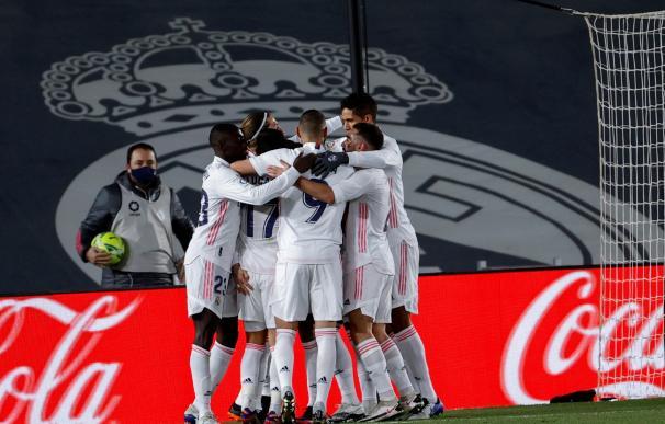 Los jugadores del Real Madrid celebran el primer gol de su partido frente al Atlético de Madrid.
