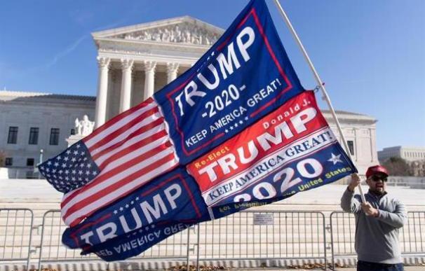Un seguidor de Donald Trump se manifiesta en la puerta del Tribunal Supremo de EEUU.