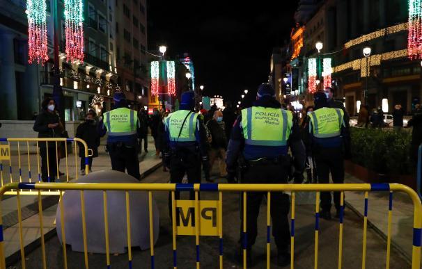 Agentes de la Policía Municipal restringen los accesos al centro de Madrid.