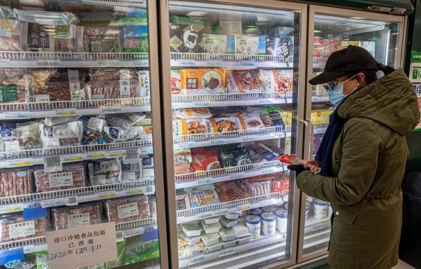 Ciudadano chino mirando productos congelados