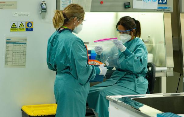 Dos profesionales sanitarios se preparan para manipular y tomar todos los datos referente al ensayo de la vacuna de Janssen, en Barcelona, la cual se ha empezado a administrar desde hoy en fase III a participantes voluntarios de la vacuna contra la COVID-19, en el marco del ensayo clínico Ensemble 2, primero en esta fase nueva que se hace estado español. 17 de diciembre de 2020