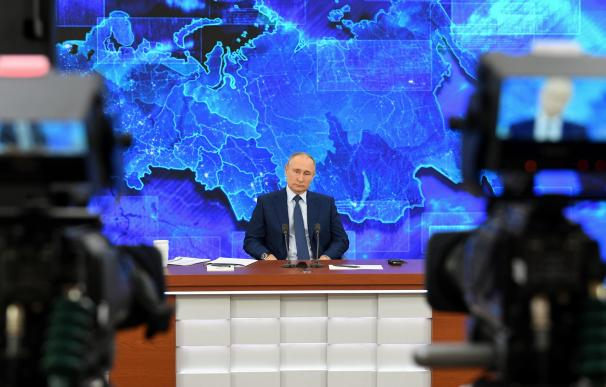 El presidente ruso Vladimir Putin asiste a su conferencia de prensa anual por videoconferencia en la residencia estatal de Novo-Ogaryovo en las afueras de Moscú, Rusia, el 17 de diciembre de 2020.