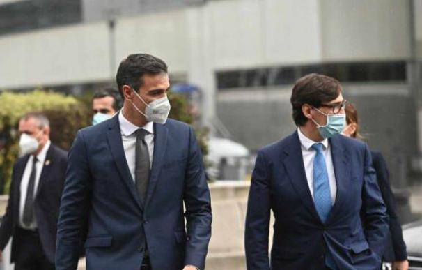 El presidente del Gobierno, Pedro Sánchez, y el ministro de Sanidad, Salvador Illa