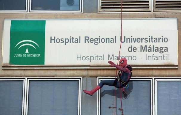Spiderman descendiendo por la pared del Hospital Materno de Málaga