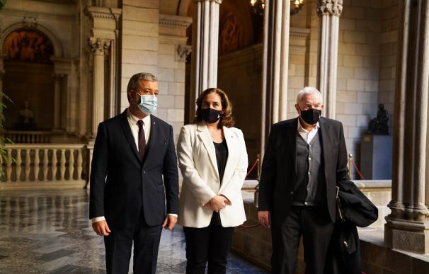La alcaldesa de Barcelona, Ada Colau, junto al primer teniente de alcalde, Jaume Collboni, y el líder de ERC en el Ayuntamiento de Barcelona, Ernest Maragall.