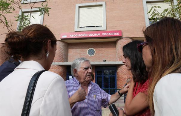 Los concejales del Ayuntamiento de Madrid, Félix López Rey y Rita Maestre durante su visita al barrio de Orcasitas