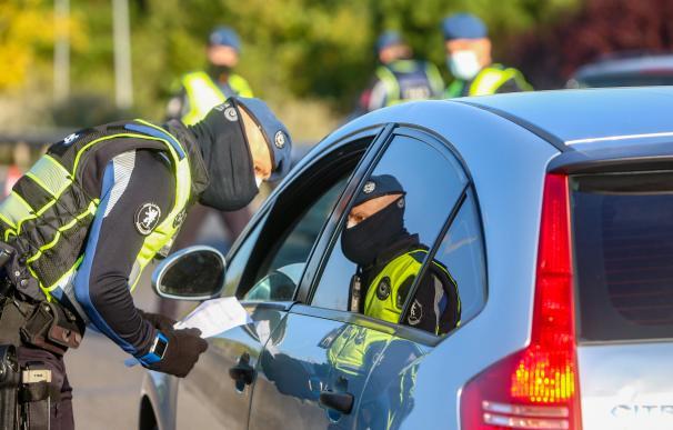 Un policía municipal durante un control en Madrid