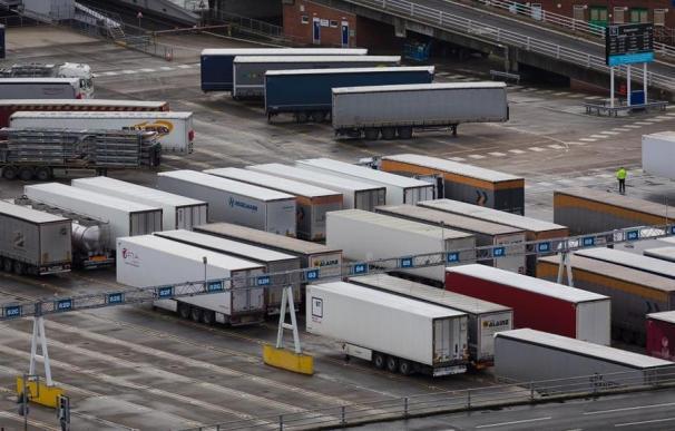 Los camiones esperan atascados en Dover