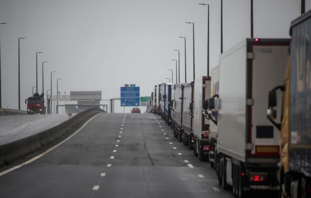Varios camioneros siguen esperando en el puerto de Dover