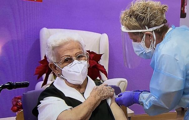 Araceli, de 96 años, la primera española en recibir la vacuna contra la Covid-19