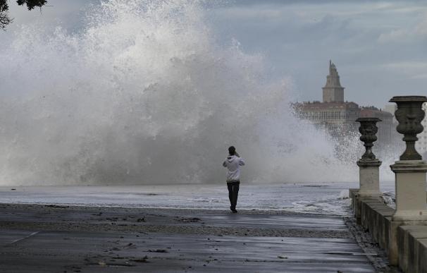 Imagen antigua de las playas de Riazor y Orzán, en A Coruña, con olas de hasta 8 metros