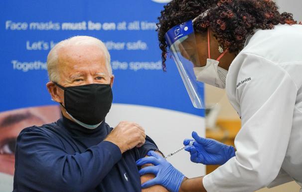 El presidente de Estados Unidos, Joe Biden, recibe la vacuna contra la Covid, el pasado 22 de diciembre.