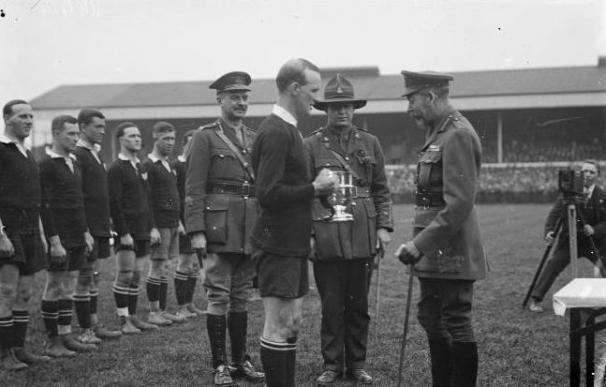 El rey Jorge V entrega una copa al capitán del equipo de rugby de Nueva Zelanda en un acto de 1919.