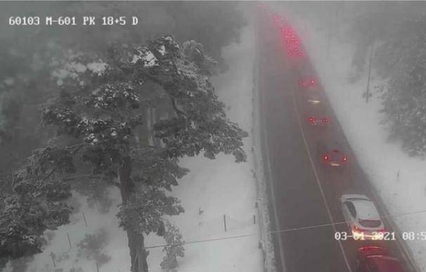 La carretera de acceso a Navacerrada se colapsa... antes de las diez de la mañana.