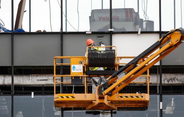Un obrero trabaja desde una grúa en las obras del nuevo Hospital de Emergencias de la Comunidad de Madrid.
