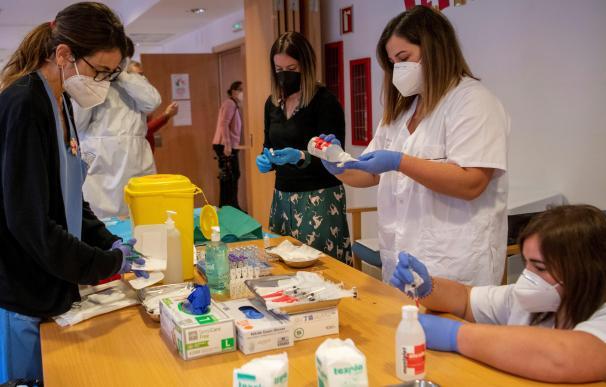 Preparación de las vacunas contra la covid-19 en la residencia Oms-Sant Miquel de Palma.