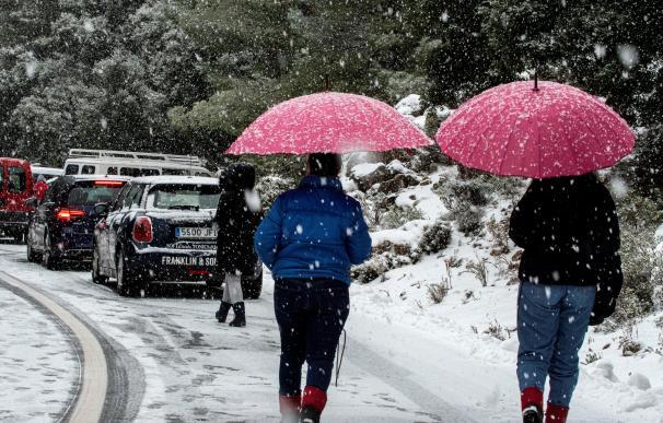 Varias personas han subido a la sierra de la Tramontana en Baleares para ver la nieve.