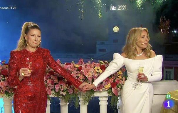 Anne Igartiburu y Ana Obregón durante la emisión de las campanadas.