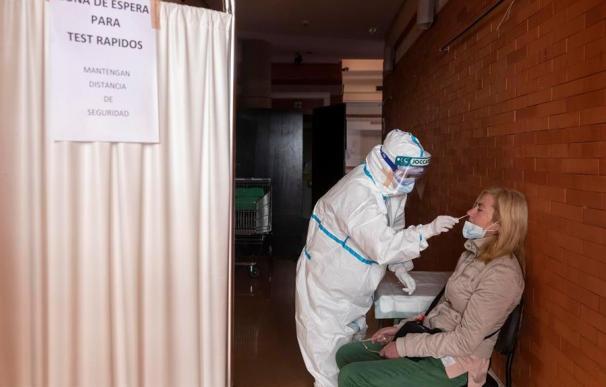 Una enfermera del centro de salud de Santomera (Murcia) realiza una PCR a una a mujer