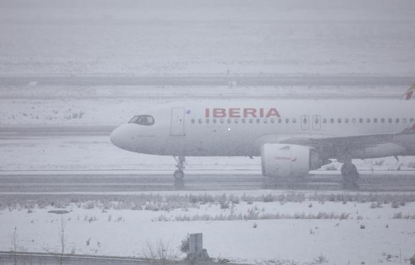 Un avión de la compañía Iberia en el Aeropuerto de Madrid-Barajas Adolfo Suárez, en Madrid (España), a 8 de enero de 2021.