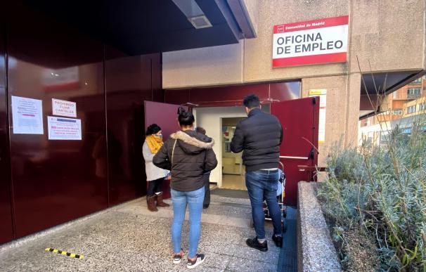 Varias personas frente a una oficina de empleo en Madrid (España), a 5 de enero de 2021.