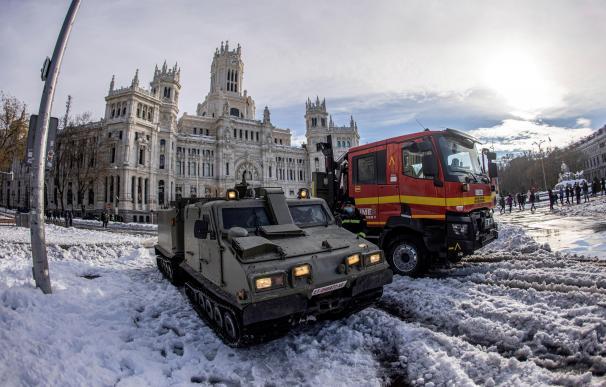 Efectivos de la Unidad Militar de Emergencias UME, despejan de nieve el entorno de la Plaza de Cibeles en Madrid,