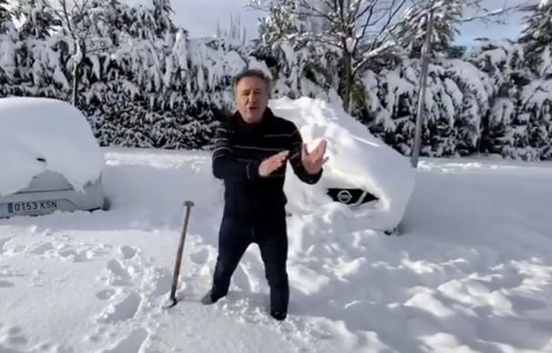 Roberto Brasero informando desde la nieve