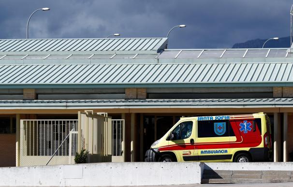 Una ambulancia espera fuera en la entrada de acceso de la cárcel de Soto del Real.