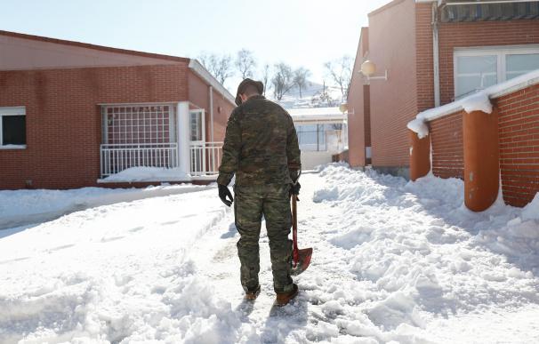 Un militar de la Unidad Militar de Emergencias (UME) colabora en la retirada de nieve y hielo en las inmediaciones del colegio Fuente de la Villa