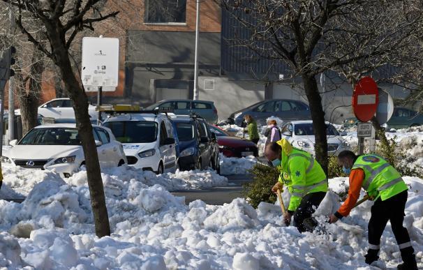 Operarios limpian las calles de Madrid