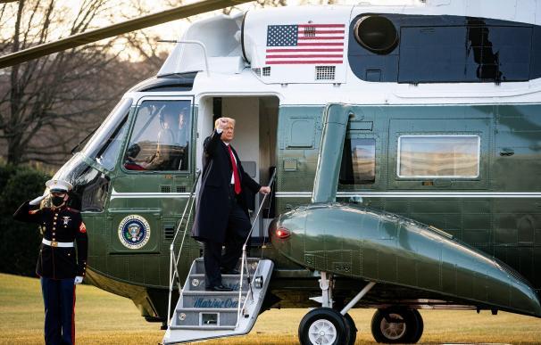El presidente de Estados Unidos, Donald J. Trump, sube al Marine One en el jardín sur tras salir por última vez de la Casa Blanca en la mañana de la inauguración presidencial de Joe Biden.