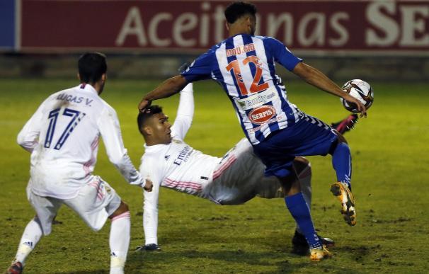 El centrocampista brasileño del Real Madrid Carlos Henrique Casemiro intenta rematar junto al marroquí Mourad El Ghezouani, del Alcoyano.