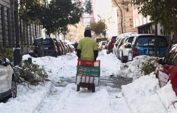 Un hombre arrastra una carretilla por una calle del centro aún con nieve y árboles caídos en Madrid (España), a 13 de enero de 2021. Madrid sigue cubierto de nieve cinco días después de la gran nevada provocada por el paso de la borrasca 'Filomena'. El Ayuntamiento hace balance de los daños causados antes de decidirse a solicitar al Gobierno la declaración de la capital como zona catastrófica. Mientras, Madrid sigue sufriendo una intensa ola de frío, numerosas calles continúan siendo intransitables por la nieve, varios coches siguen atascados en la M-30 y M-40 o 150.000 árboles han sido dañados en calles y zonas verdes, entre otros perjuicios provocados por el temporal. MADRID;TEMPORAL;FILOMENA;NIEVE;BORRASCA;NEVADA;GRAN NEVADA;CAPITAL;PERRO;DAÑOS;ZONA CATASTRÓFICA;OLA DE FRÍO;HIELO;CALLES;ÁRBOLES;COCHES Eduardo Parra / Europa Press 13/1/2021