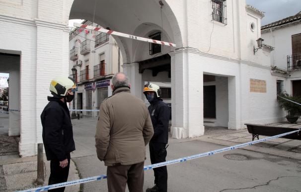 Bomberos de Granada revisan el Arco de Loja junto a técnicos del Ayuntamiento de Santa Fe tras el terremoto de magnitud 4,4 registrado este mediodía en Santa Fe (Granada).