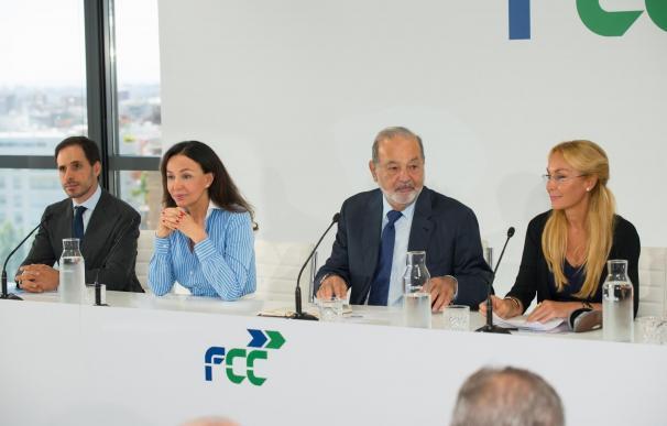 Carlos Slim, entre las hermanas Koplowitz en un acto de FCC.