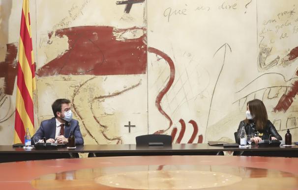El vicepresidente de la Generalitat, Pere Aragonès, y la consellera de Presidencia y portavoz del Govern, Meritxell Budó, en la reunión extraordinaria del Consell Executiu para aprobar el decreto de aplazamiento de las elecciones del 14 de febrero. GENERALITAT 15/1/2021