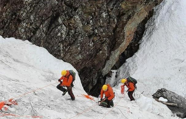 Los equipos de rescate trabajando para localizar al segundo trabajador después de que el cadáver del primero fuera localizado horas después del siniestro.