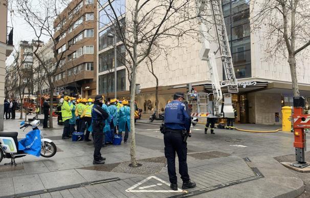 Desalojan un centro comercial en Madrid por un incendio en la azotea