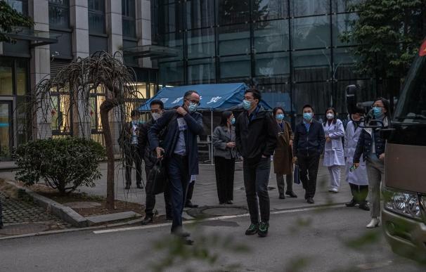 Expertos internacionales de la OMS en Wuhan