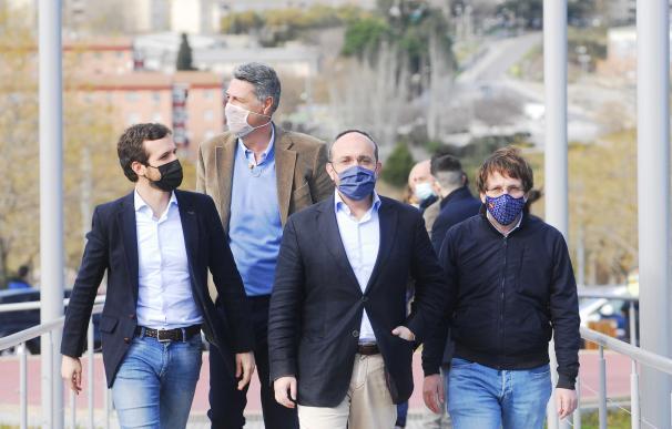 l presidente del PP, Pablo Casado, el alcalde de Badalona (Barcelona), Xavier Garcia Albiol, el candidato al 14F, Alejandro Fernández, y el alcalde de Madrid, José Luis Martínez-Almeida, en un acto en Badalona