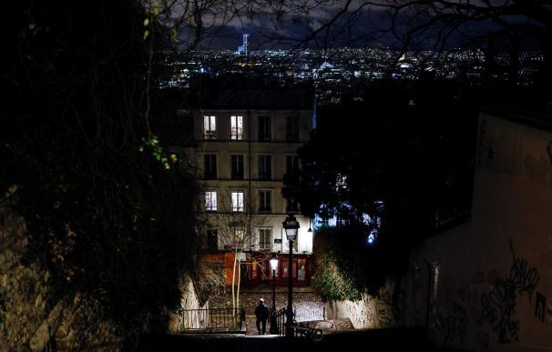 Un hombre baja por unas escaleras en Montmartre, París, durante el toque de queda.