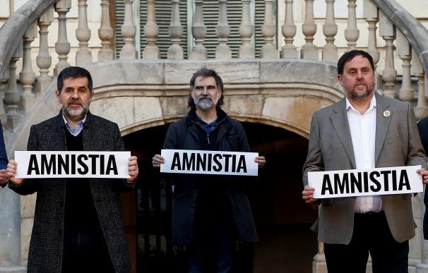 Los presos del procés: Oriol Junqueras (d), Jordi Sànchez (i), y Jordi Cuixart (c), durante la lectura de una declaración conjunta por la amnistía en un acto unitario organizado por Omnium Cultural, celebrado este lunes en Barcelona.