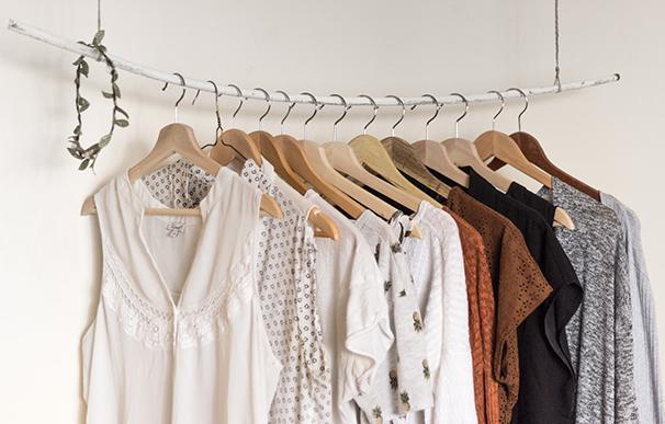 Prendas de ropa recién planchadas y colgadas de perchas