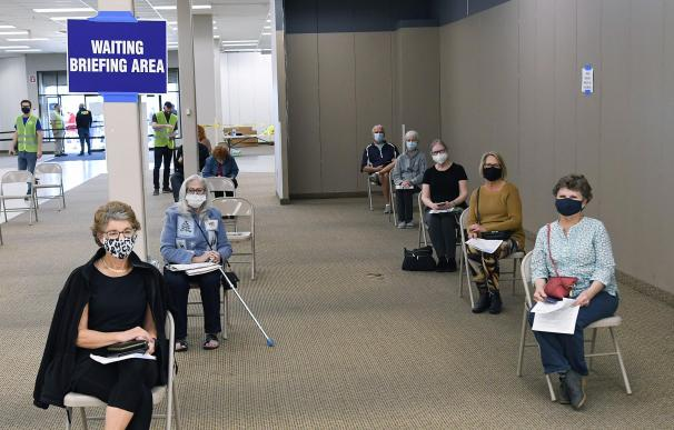 29 January 2021, US, Leesburg: People wait to receive a shot of the Pfizer/BioNtech coronavirus vaccine at a walk-in COVID-19 vaccination POD inside a vacant Sears store at the Lake Square Mall. Photo: Paul Hennessy/SOPA Images via ZUMA Wire/dpa Paul Hennessy / SOPA Images via ZU / DPA 29/1/2021 ONLY FOR USE IN SPAIN
