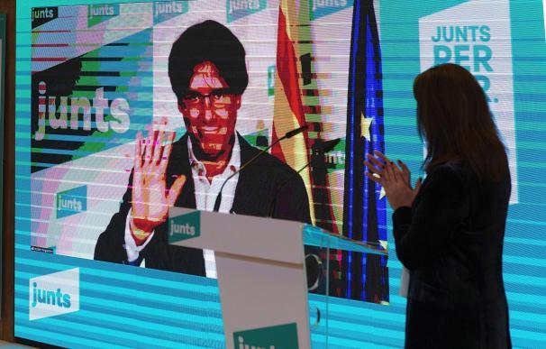 Carles Puigdemont, por videoconferencia, durante el acto de campaña que JxCAT celebra hoy lunes en Mataró.