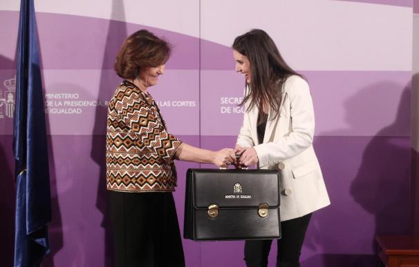 La vicepresidenta primera, Carmen Calvo (izq), entrega la cartera de Igualdad a la nueva ministra, Irene Montero (dech), durante el acto de toma de posesión de los ministros, en la sede de la Secretaría de Estado de Igualdad, en Madrid a 13 de enero de 2020. 13 enero 2020, CARTERAS, IGUALDAD Eduardo Parra / Europa Press (Foto de ARCHIVO) 13/1/2020