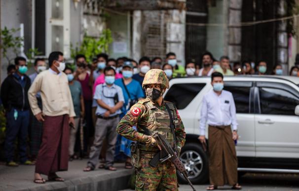 Un militar patrulla una calle de Rangún, Birmania