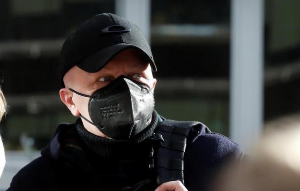 Paco Sanz, el hombre de los 2.000 tumores acusado de estafar 264.780 euros a miles de personas, se dirige a medios de comunicación a su llegada al juicio por estafa,