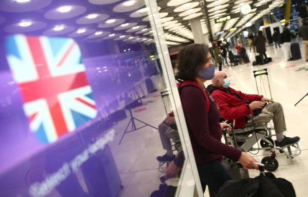 Varios viajeros llegan al aeropuerto de Barajas tras cerrarse los vuelos con Reino Unido.