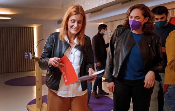 La candidata de En Comú Podem, Jessica Albiach, acompañada por la alcaldesa de Barcelona, Ada Colau, tras su comparecencia ante los medios de comunicación para valorar los resultados en la elecciones catalanas.